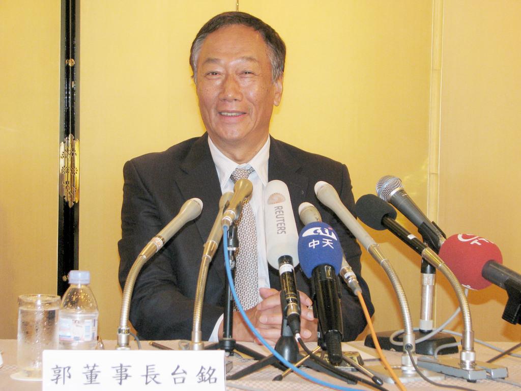 鴻海董事長郭台銘27日下午抵達東京,出現在「台日產業合作訪問團」的記者會,他一坐下就露出笑容,看到媒體鎖定自己,直說不希望模糊了焦點。中央...
