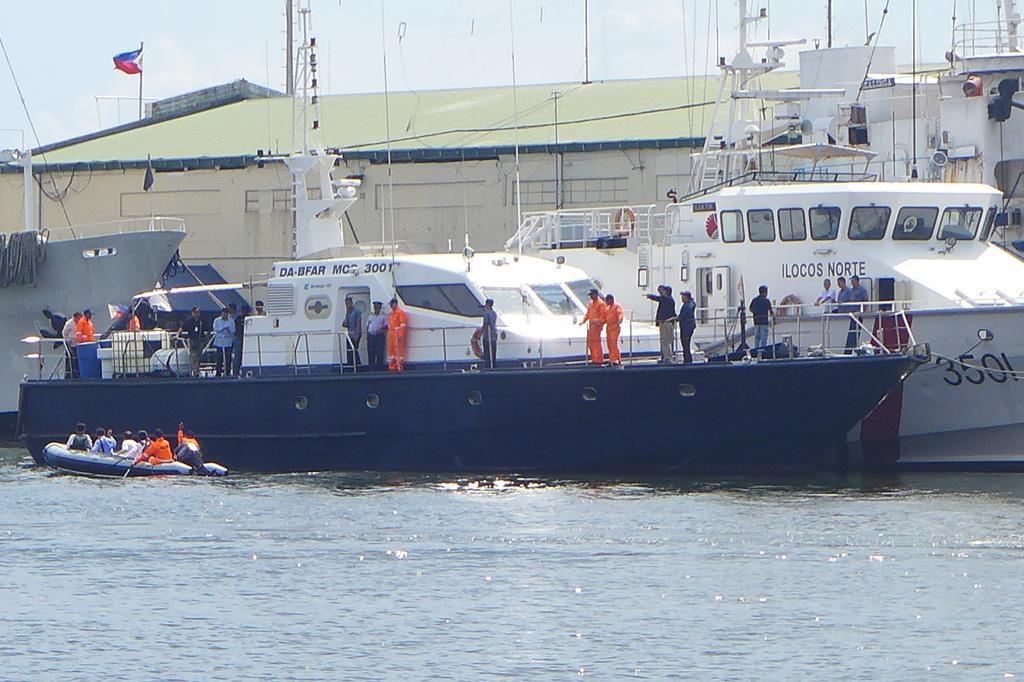 廣大興28號台灣調查團28日登上菲律賓涉案漁政船MCS3001,勘驗船身是否有撞擊痕跡,以釐清事發真相。中央社記者蔡沛琪馬尼拉攝     ...