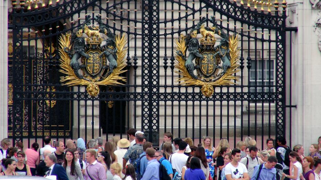 英國劍橋公爵夫人22日(當地時間)生下健康小王子,成為排名第3順位的王位繼承人,來自世界各地的支持者陸續湧向白金漢宮,表達祝賀。中央社記者...