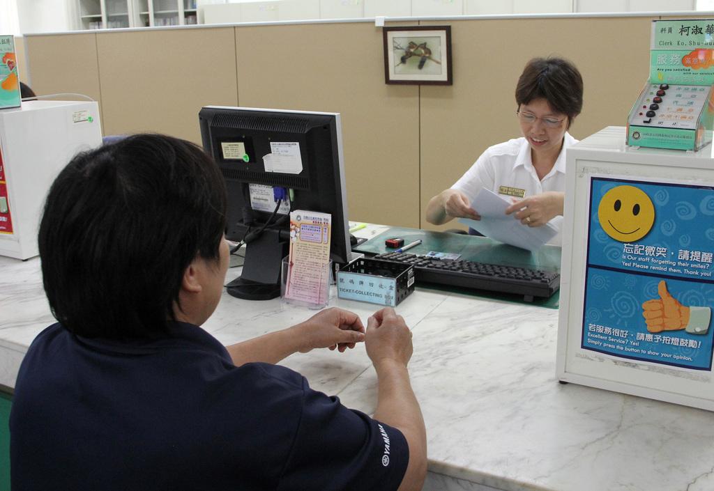 圖為外籍人士到內政部入出國及移民署辦理申請居留證等業務情形。中央社記者張新偉攝102年8月9日