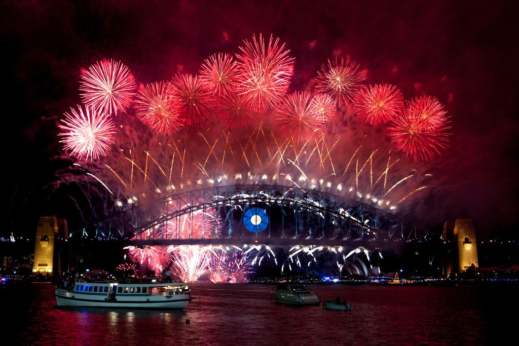 雪梨跨年煙火今年以「閃耀」為主題,雪梨港夜空璀璨亮眼,迎接2014年的到來。中央社記者王怡文雪梨傳真      102年12月31日