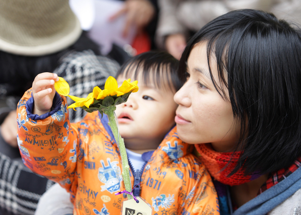 A mother and her child at an anti-nuclear protest organized by Homemakers Union Consumer Co-op.