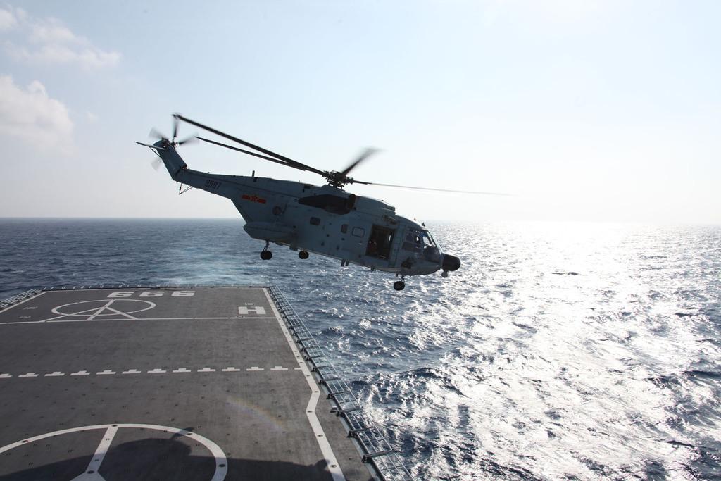 中共海軍井岡山艦已抵達馬來西亞航空班機失聯海域。圖為直升機11日上午起飛展開搜索。(中新社)中央社                    ...