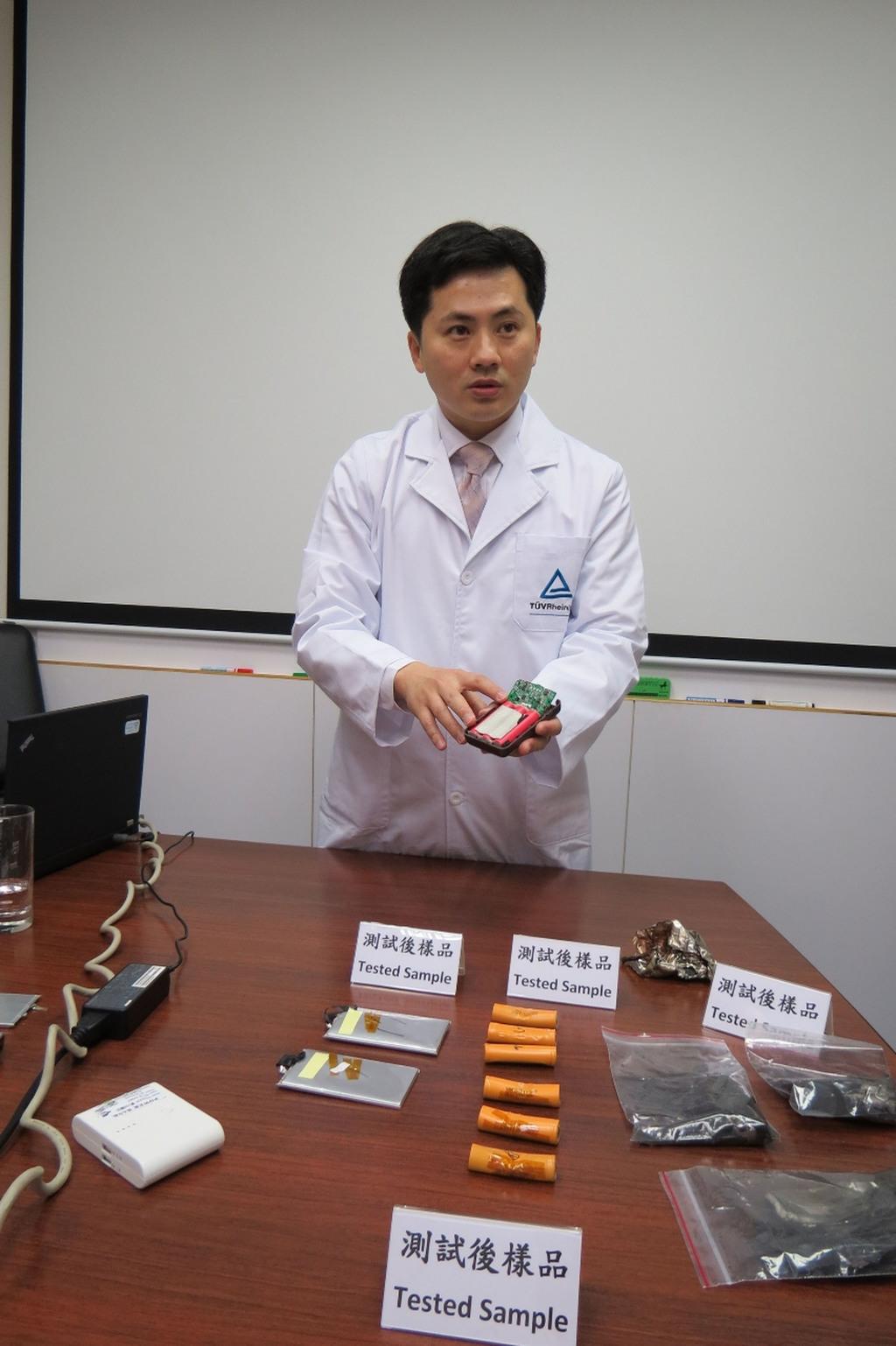 經濟部標準檢驗局認證的台灣德國萊因電池檢驗實驗室指出,現有送驗的行動電源中,不符合安全認證率達20%。中央社記者陳靜萍攝  103年4月1...