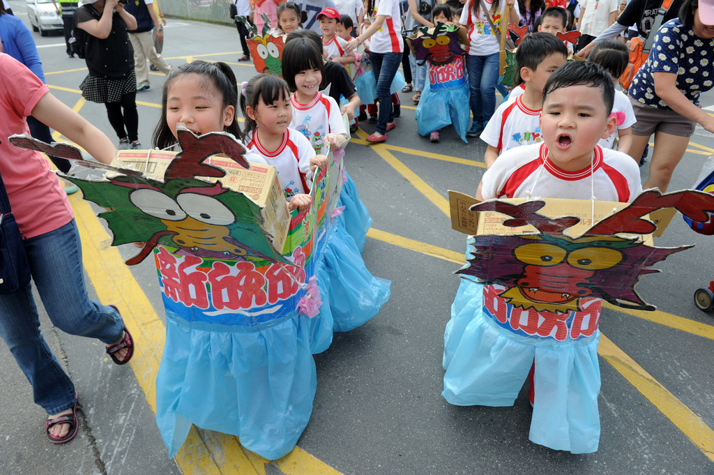 2014台北國際龍舟錦標賽將到來,17日小朋友在龍舟點睛祭江大典上旱地划龍舟,模樣十分可愛。中央社記者王飛華攝 103年5月17日