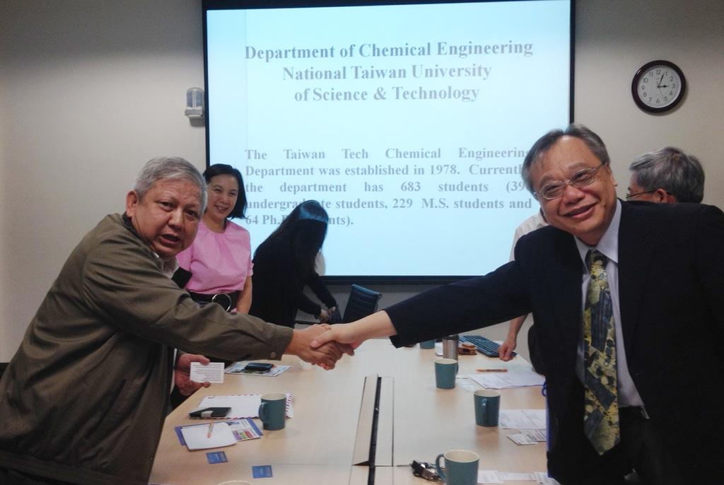 台大教授李篤中(右)未經許可就主持中國國家自然科學基金委員會的研究計畫,經查證屬實,認定違反兩岸條例,因此裁罰新台幣30萬元罰鍰。