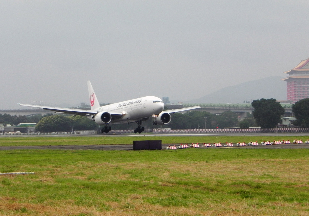 圖為一架日本航空班機降落松山機場。