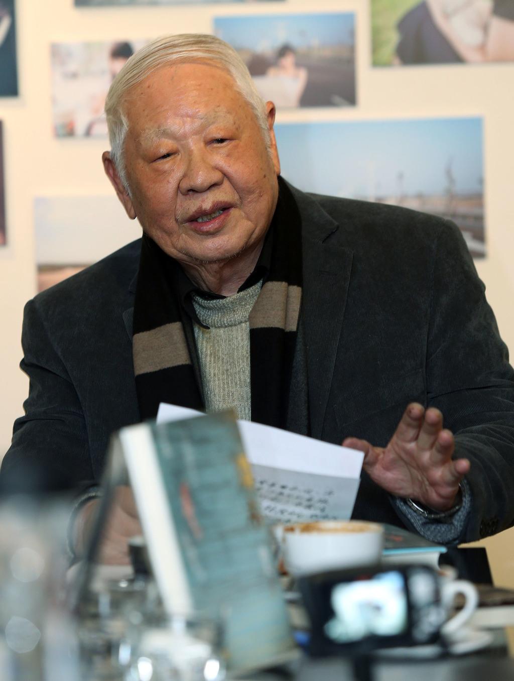 聯合文學22日發表詩人洛夫作品「漂木」精裝典藏版。旅居加拿大、高齡86歲的洛夫,對台灣現代詩發展影響深遠,「漂木」長達3000行,氣勢磅礡