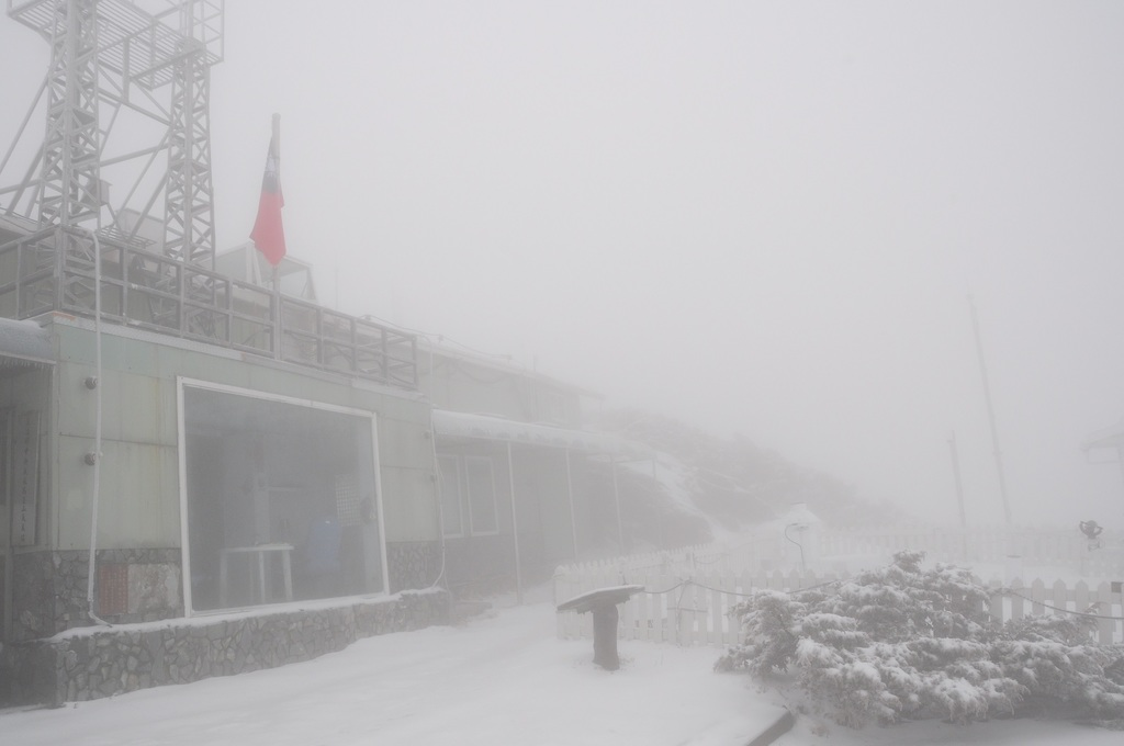 Cold front brings snow to Yushan