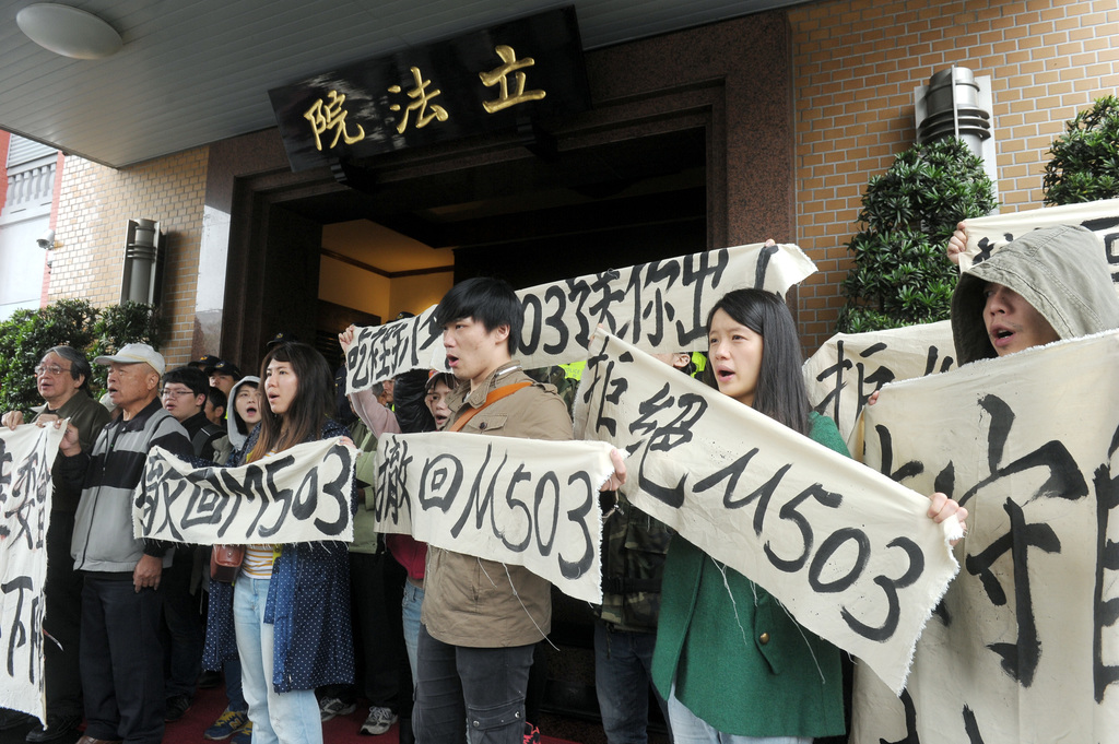 Students enter Legislative Yuan in protest against China routes
