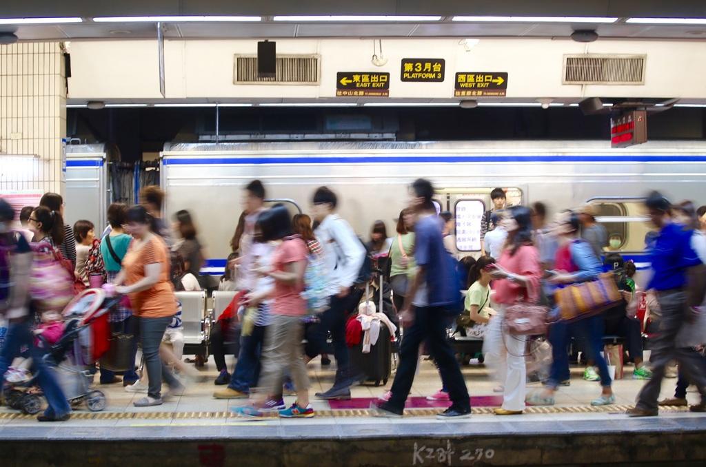 圖為今年清明假期許多民眾在台鐵台北車站搭乘火車準備返鄉畫面。