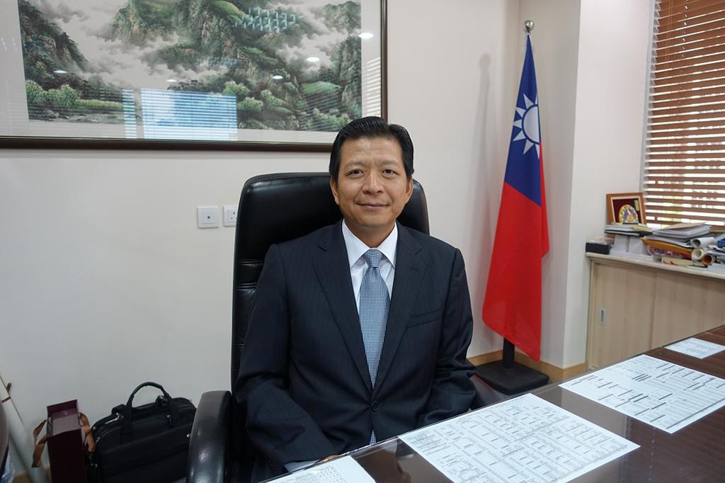 台北經濟文化辦事處主任盧長水(圖)表示,澳門政府近幾年想成為世界旅遊中心,需要投入許多文化藝術,這方面可以把台灣的生活方式分享給澳門。中央