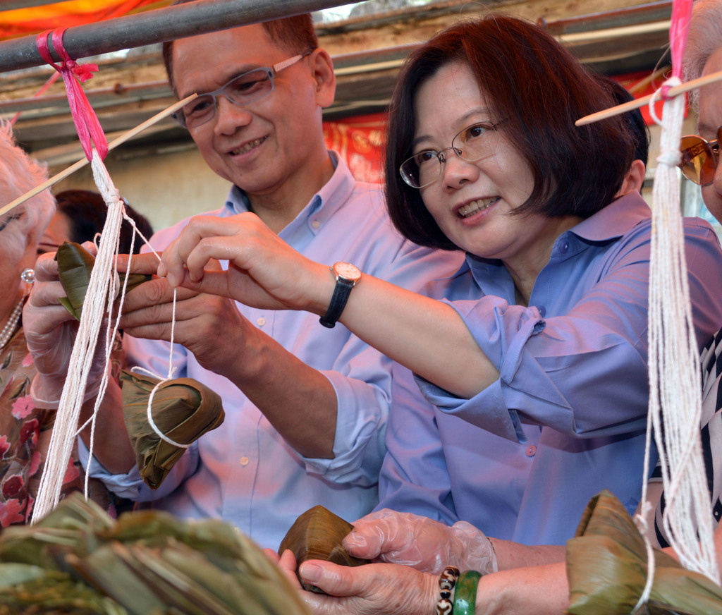 An opinion poll released by Next TV Friday put Democratic Progressive Party presidential candidate Tsai Ing-wen (right) almost 4 percent ahead of Legi...