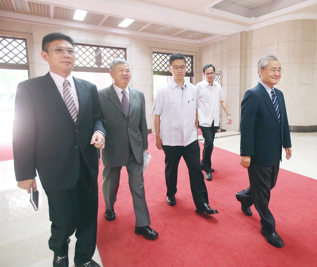 Mao attends MOF's salary adjustment report