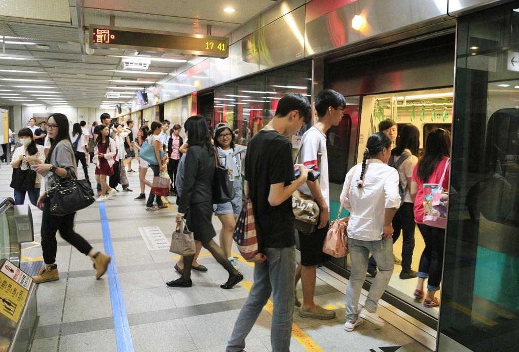 台北捷運再傳隨機傷人事件,高雄捷運21日起在車廂、月台、穿堂層派出車站保全提高警覺、再加密巡邏班次,捷運警察也持續在車廂、月台巡邏。圖為民