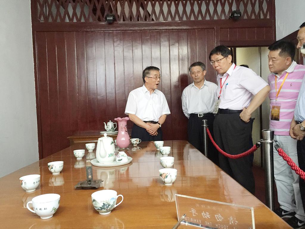 台北市長柯文哲(左3)18日參觀中共第一次全國代表大會會址。中共一大於1921年7月23日至7月30日在上海秘密舉行。(台北市政府提供)中