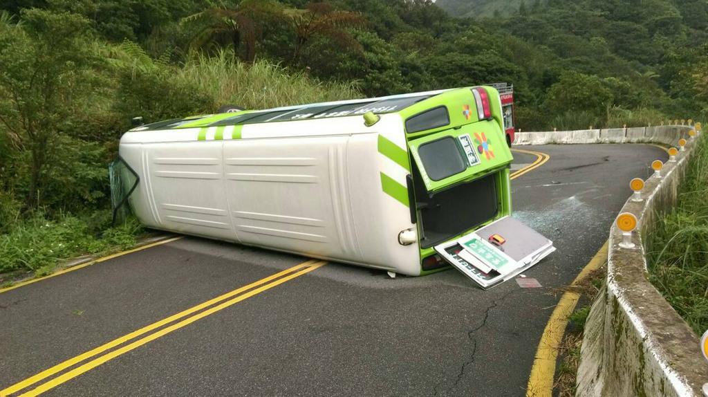 24 injured in Yangmingshan bus crash