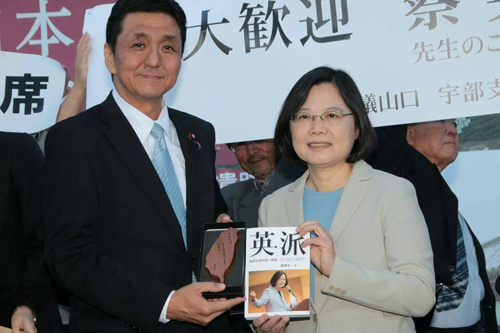 Accompanied by Japanese Dietman Nobuo Kishi (left), brother of Prime Minister Abe, DPP Chairperson Tsai Ing-wen (right) and her delegation visit Yamag...