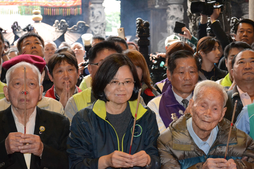 Tsai calls on KMT to stop land allegations