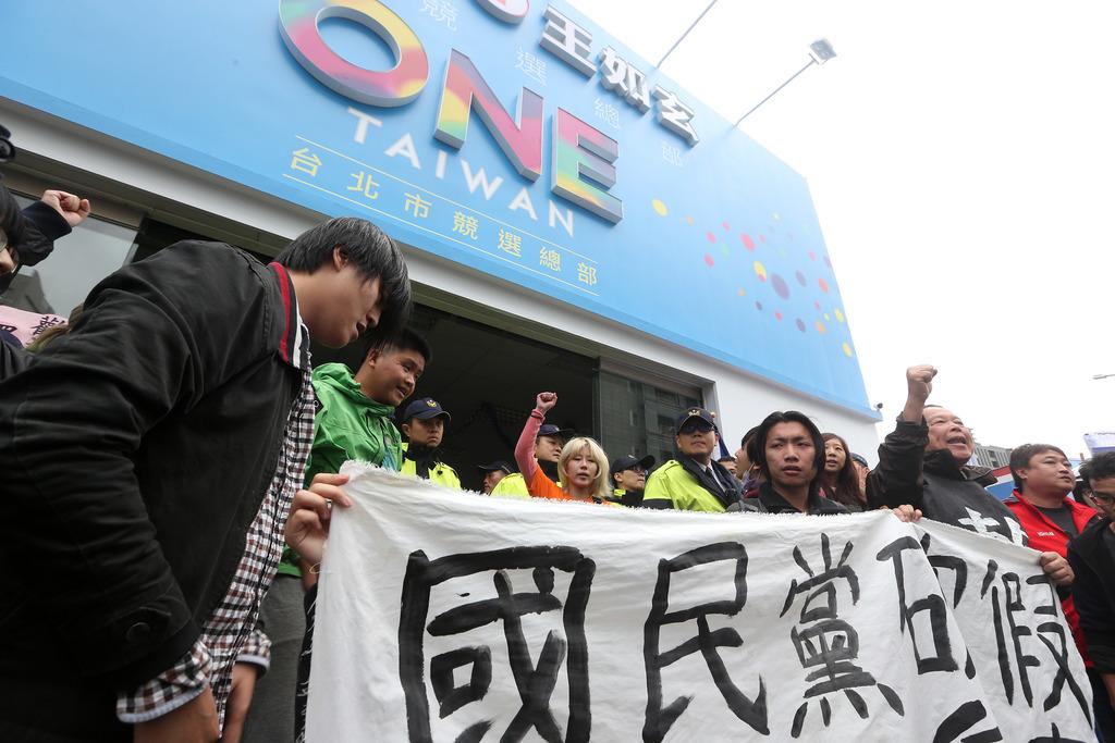 Labor protesters enter Chu HQ