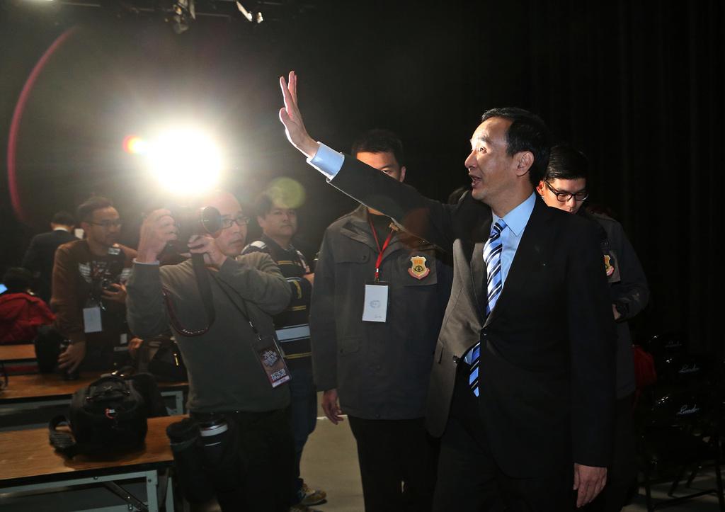 總統候選人電視辯論會27日在公共電視台舉行,3組候選人出席,國民黨總統候選人朱立倫(前右)出席會後記者會,在離開時向媒體揮手致意。中央社記...
