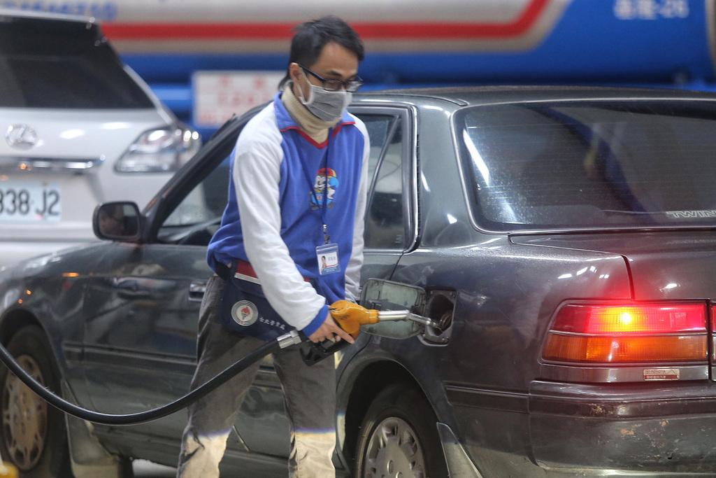 中油員工協助顧客加油