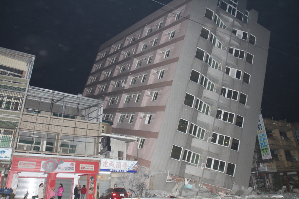 Strong earthquake in Tainan leaves buildings in ruins