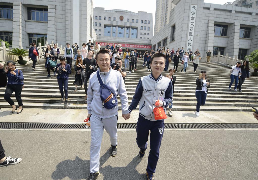 孫文麟(右)2016年向中國民政局申請與伴侶胡明亮(左)的婚姻登記遭拒,而狀告政府,不過最後仍被法院駁回。(中新社提供)