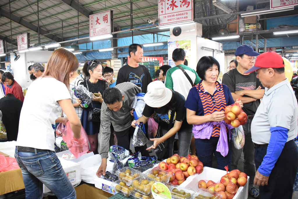 A traditional market special fruit promotion in Changhua County, Taiwan.