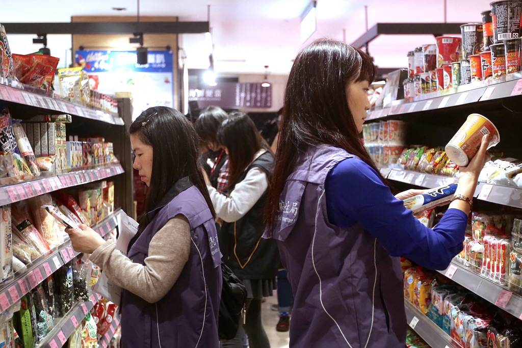 圖為2016年台灣衛福部食藥署在台北信義新天地新光三越百貨的超市,針對日本泡麵、納豆等食品進行標示查核。