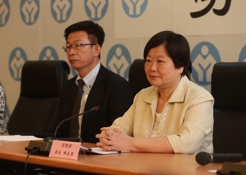 勞動部29日邀集各縣市勞動機關開會研商7月勞檢期如何進行,會後部長林美珠(右)出席記者會,轉述會議內容。左為勞動部次長郭國文。