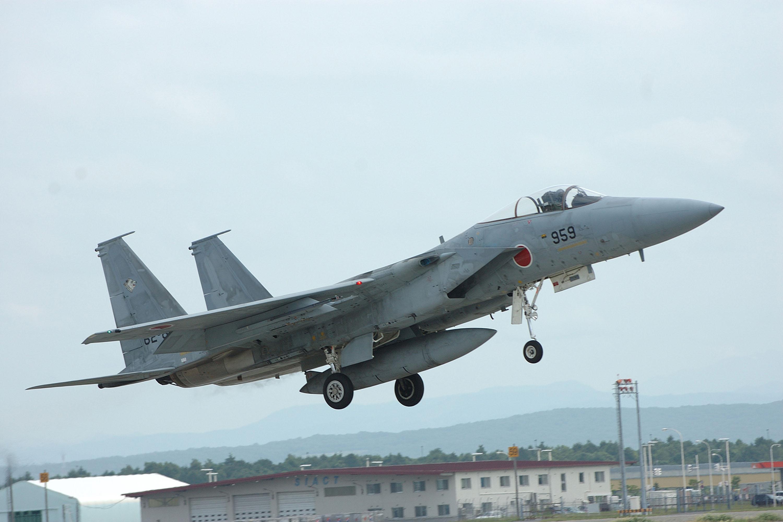 中國軍機近來不斷進行遠海長訓,頻繁飛越日本宮古海峽增加日本航空自衛隊第9航空團的F-15J/DJ戰機緊急起飛次數,提升了沖繩戰略地位。圖為...