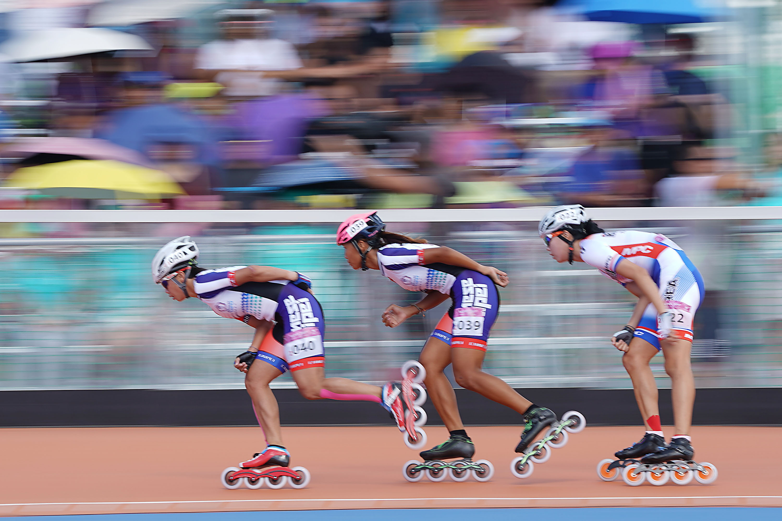 Taiwanese Yang Ho-chen (楊合貞) and Li Meng-chu (李孟竹) snatched the first and second place in the women's 10,000 m points-elimination final later on Monda...