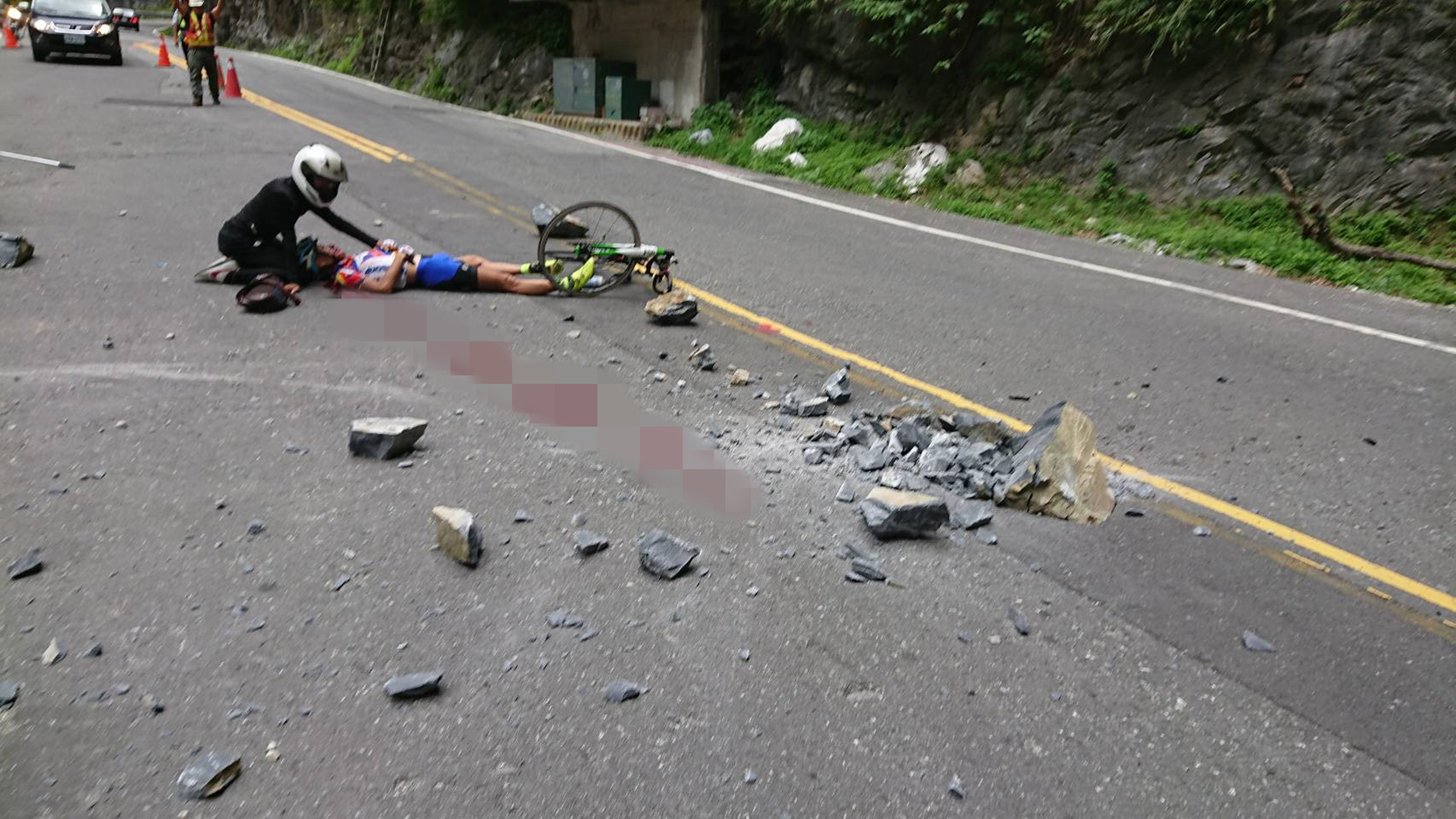 Falling rocks hit a Japanese cyclist in Taroko National Park. (Source: CNA)