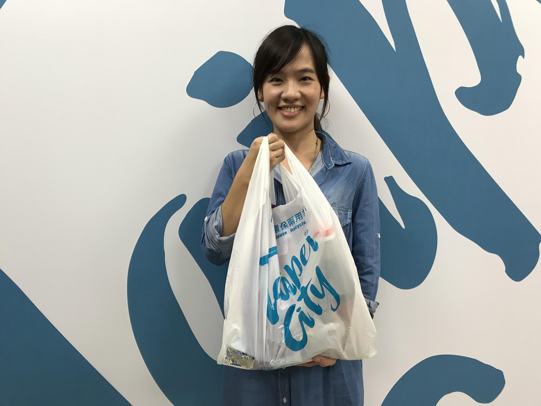 台北市環保局24日發表環保兩用袋,不僅可作為購物袋 使用,也兼具垃圾袋功能,明年元旦起在量販店、超市 販售,預期每年可減少2000萬個