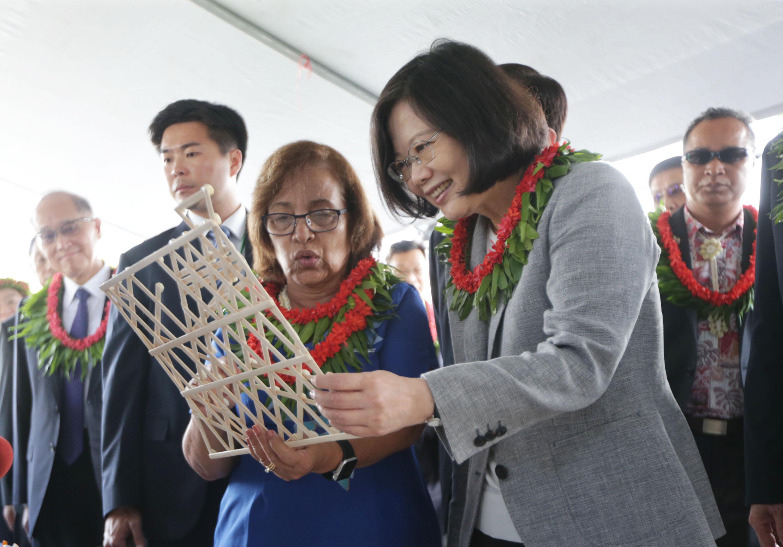 總統蔡英文於2017年10月底訪問馬紹爾群島共和國,左為馬紹爾總統海妮(Hilda C. Heine)中央社記者裴禛馬紹爾群島攝  106