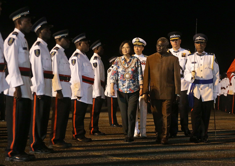 總統蔡英文(右5)10月28日啟程出訪南太平洋3友邦,1日晚間抵達第3站索羅門群島,索羅門總理蘇嘉瓦瑞(Manasseh Sogavare