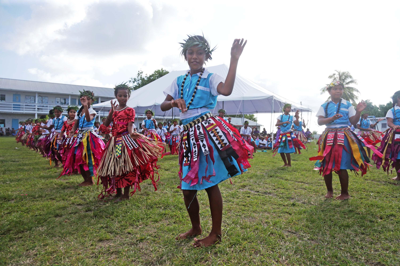 總統蔡英文10月28日啟程出訪南太平洋3友邦,1日中午抵達第2站吐瓦魯國,下午參訪當地Nauti小學,小學生以熱情洋溢的吐瓦魯傳統舞蹈,迎接蔡總統到來。 中央社