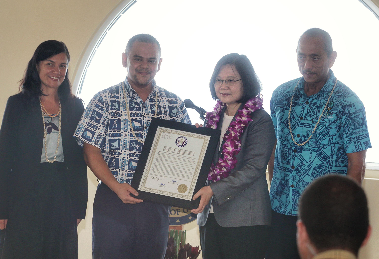 總統蔡英文(右2)結束出訪南太平洋友邦行程即將返台,3日(當地時間)過境美國關島,關島參議會特別送上通過的決議文,決議文標題為歡迎台灣總統