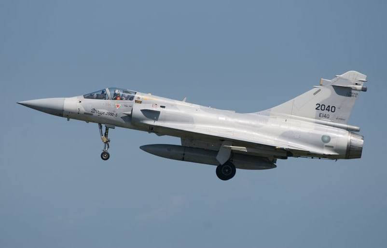 空軍新竹基地一架機號2040、由飛行官何子雨上尉駕駛的幻象2000單座機,7日晚間6時43分於北部海域執行訓練時光點消失,空軍積極搜救中。...