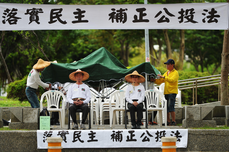 人民作主教育基金會數名志工11月在中央藝文公園展開為期16天的24小時接力禁食行動,要求執政黨盡速通過「公投法修正案」。 中央社記者孫仲達