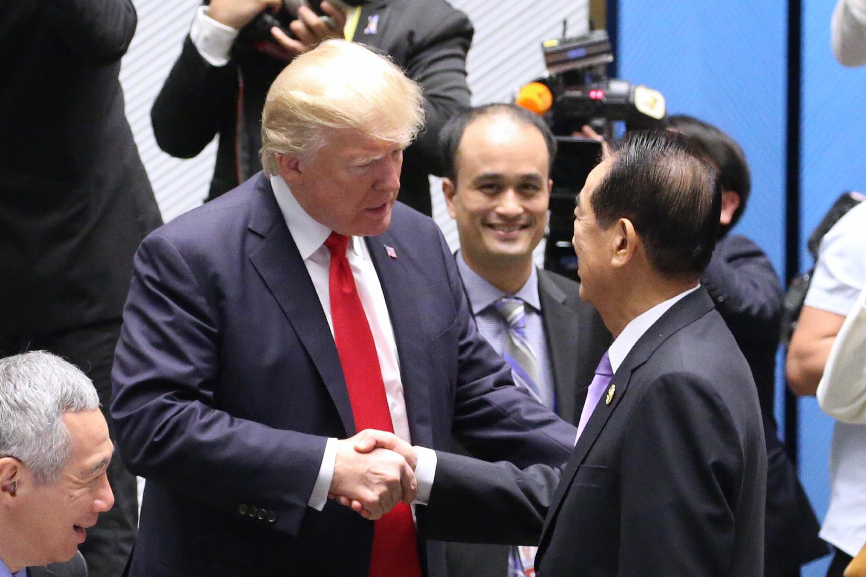 2017年亞太經濟合作會議(APEC)經濟領袖會議11日在 越南峴港市登場,台灣APEC領袖代表宋楚瑜(前右)與 美國總統川普(Donal