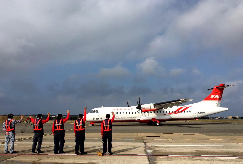 遠東航空ATR72-600新機型日前完成民航局五階段認證 ,取得營運許可及航線證書,16日起正式投入台中-馬 公及台中-金門航線營運。 (