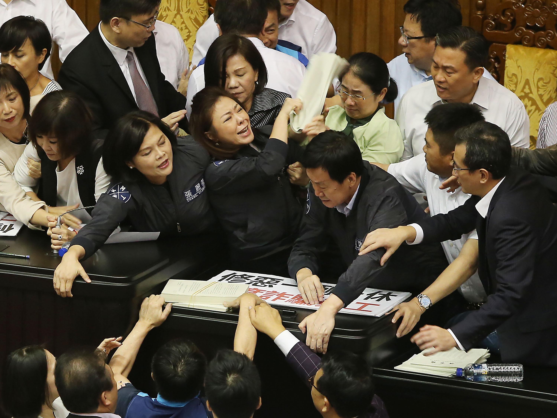 KMT and DPP legislators battle over workweek.