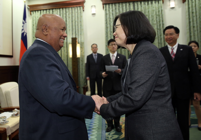總統蔡英文(前右)21日在總統府接見帛琉共和國眾議 院議長安薩賓(Hon. Sabino Anastacio)(前左)訪 問團,雙方握