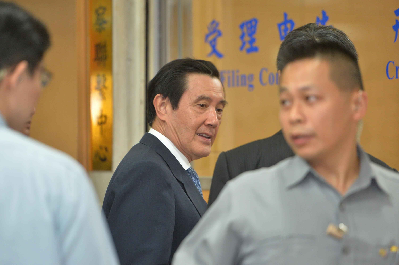 台北地檢署去(2017)年11月底傳喚前總統馬英九(中)就「三中案」相關議題出庭。
