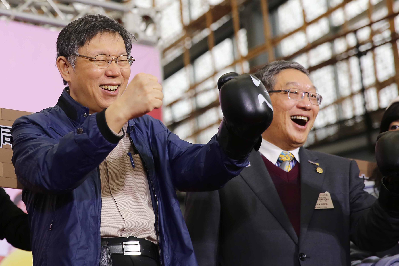 台北市長柯文哲(左)
