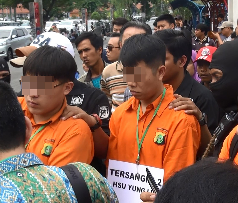 印尼警方日前押解涉嫌走私1公噸安非他命至印尼的台 灣嫌犯重建犯罪現場。左邊橘衣者為台籍嫌犯陳威全, 右邊橘衣者為台籍嫌犯徐勇立。 中