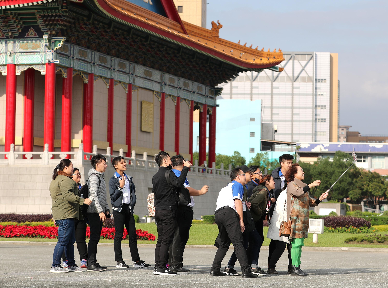 中央氣象局表示,台灣21日受強烈大陸冷氣團影響,全 台早晚有寒意,白天陽光露臉,氣溫回升,但日夜溫差 大,遊客把握好天氣在景點拍照。