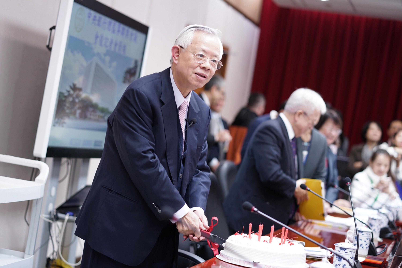 央行總裁彭淮南明年1月2日將過79歲生日,央行記者特 別在理監事會議會後記者會準備蛋糕,為彭淮南慶生。 圖為彭淮南切蛋糕。 中央社記